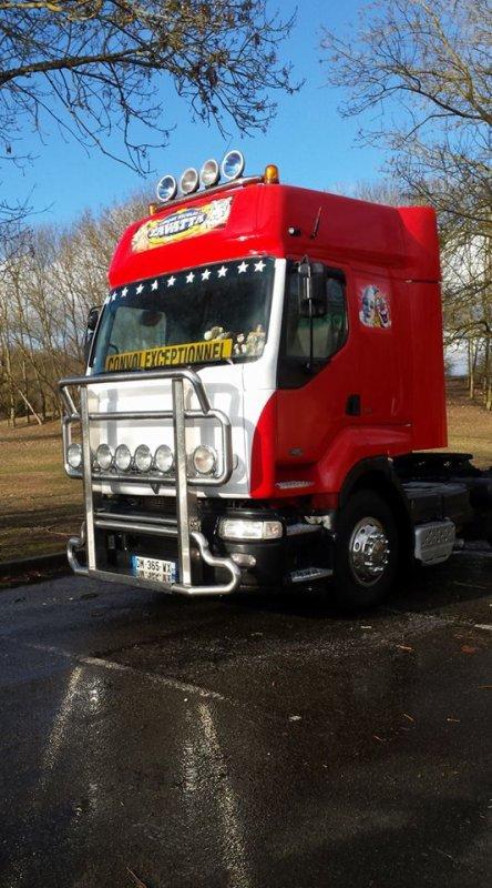 nouvelles couleurs du tracteur administration au cirque NICOLAS ZAVATTA !!!!