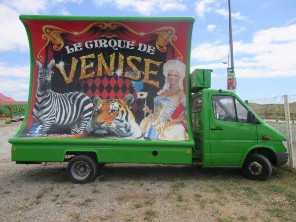 porte affiches du cirque DE VENISE au beaulandpark à st hilaire de riez !!!