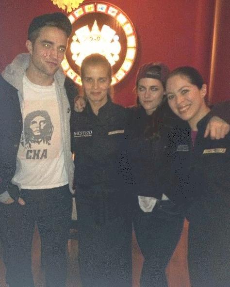 Kristen et Robert à un restaurant pour le 1er de l'an avec les serveurs du restaurant !♥