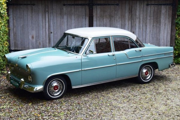 SIMCA VEDETTE VERSAILLES - V8 de 1956 ( photo facebook) 1