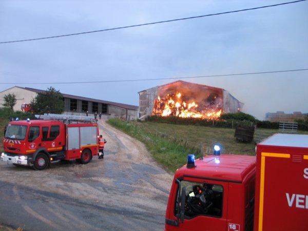 feu de hangard avec 1000 tonne se paille et foins