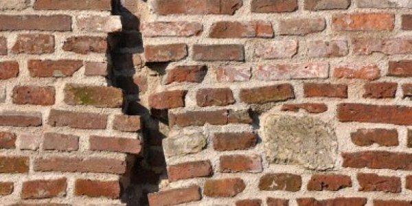 कंस्ट्रक्शन में किया घटिया सामग्री का इस्तेमाल, चार दिन की बरसात नहीं झेल पाई हालिया निर्मित दीवार...