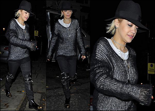 • 27, 28 NOVEMBRE 2014 - CANDIDS - LONDRES Rita a été aperçue rentrant chez elle après une journée entière de studio. Ensuite, Rita a été vue vendredi quittant le tournage de The Voice. Un still de Rita pour Fifty shades of grey dans le rôle de Mia Grey est disponible.