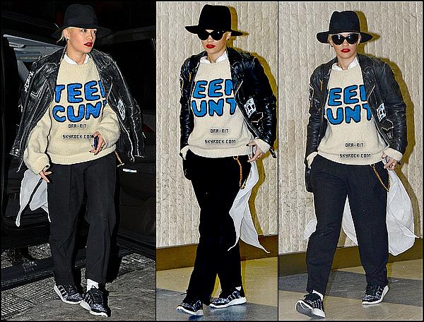 *16/02/15 - Rita a été vue au JFK Airport à New-York. Rita paraît très fatiguée, et sa tenue malheureusement n'est pas terrible.. Petit top pour les chaussures. *