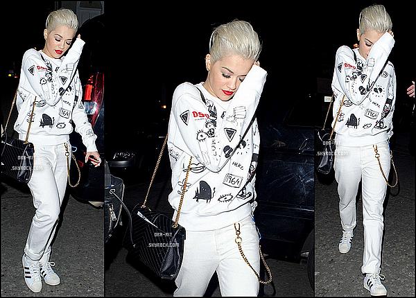 *06/03/15 - Rita a été vue arrivant à l'aéroport Heathrow à Londres. Alors là, pour une fois, j'adore la tenue de Rita ! Tout est parfait ! Petit flop pour les chaussures que je n'affectionne pas trop sinon le reste est top.*