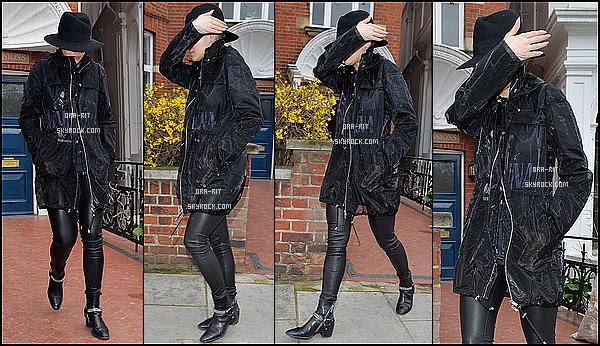 *02/04/15 - Rita a été vue sortant de chez elle à Londres. Rita est une fois de plus tout en noir, mais la tenue passe, et je trouve qu'elle la porte plutôt bien. *