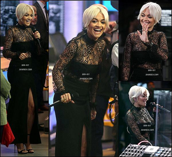 *20/04/15 - Rita été présente sur le plateau du Good Morning America à New-York. Rita, abonnée au noir, a cette fois-ci optée pour une très élégante robe fendue. Les chaussures sont parfaites. Quelle classe ! *