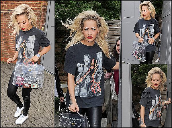 *27/05/15 - Rita a été vue quittant un studio à Londres. Rita portait donc une tenue plutôt décontractée et paraît assez fatiguée.*