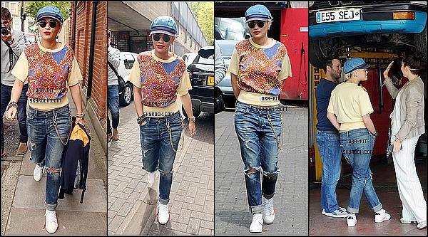 *01/06/15 - Rita a été vue dans les rues de Londres. Rit', qui a de nouveau optée pour les cheveux courts, a été vue se promenant dans les rues de Londres, puis se rendre à un garage.*