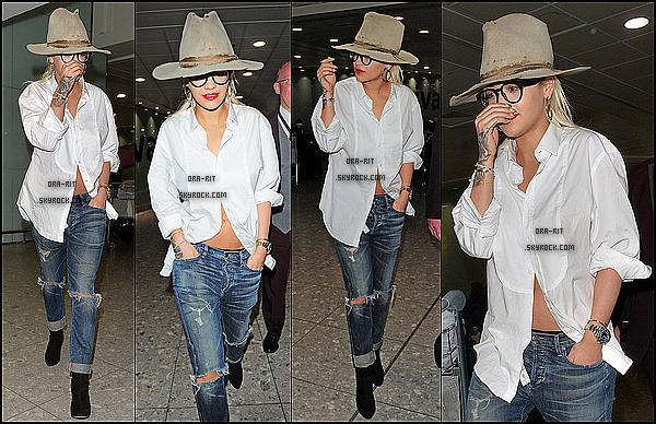 *24/06/15 - Rita a été vue arrivant au Heathrow airport à Londres. La miss portait une tenue plutôt décontractée tout en restant jolie. C'est un beau top à mon goût que je lui accorde sur ce candid.*