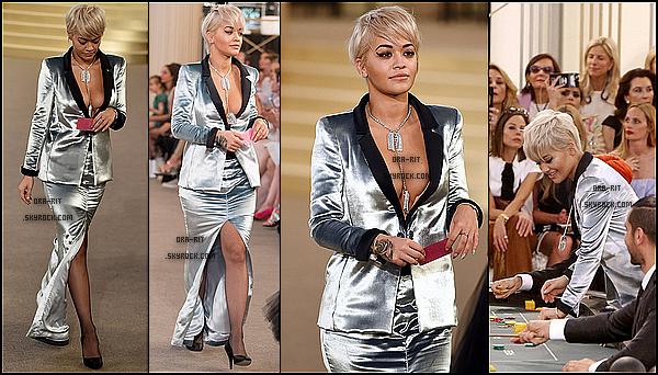 *07/07/15 - Rita été présente au défilé Chanel Haute Couture à Paris. Rita a donc participer au défilé dans une tenue toute argentée, je la trouve très classe.*