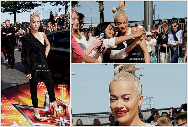 *21/07/15 - Rita, comme d'habitude, s'est rendue aux auditions d'X Factor à Londres. Rita était merveilleuse dans ce tailleur très élégant. On peut voir qu'elle a opté pour de l'originalité au niveau de sa coiffure.*
