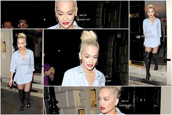 *26/07/15 - Rita a été aperçue le soir dans Londres. Je trouve Rita splendide dans cette chemise qui lui va vraiment bien De plus, le maquillage ainsi que le chignon sont vraiment au top ! *