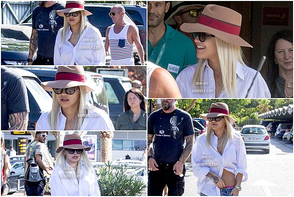 *01/08/15 - Rita a été aperçue se rendant au Heathrow airport à Londres. Notre belle Rita a donc pris un vol pour Ibiza, et c'est toute souriante que nous la retrouvons là-bas.*