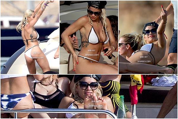 *03/08/15 - Rita a été vue profitant de ses vacances sur un yacht à Ibiza. La miss était donc en compagnie d'ami(e)s et prennait du bon temps à bord d'un yacht, comme l'on peut le voir ci-dessous.*