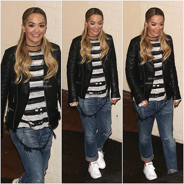 *04/12/15 - Rita a été vue quittant les studios d'X Factor à Londres. Rita portait une tenue plutôt simple et se cacher avec des lunettes. Je la trouve cependant jolie.*