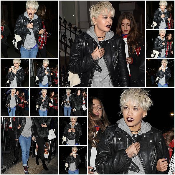 *09/12/15 - Rita a été vue se baladant dans Londres. Rita est habillée assez décontractée pour ce candid mais on la retrouve bien dans son style ! Toute souriante comme à son habitude la Rita !*