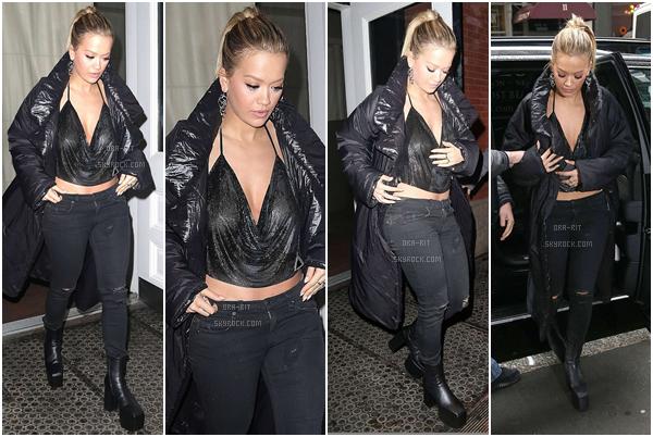 *08/02/17 - Rita a été vue quittant sa maison à New-York City. Rita était toute vêtue de noir mais reste totalement sublime. J'aime beaucoup son haut, il lui va à ravir! TOP! *