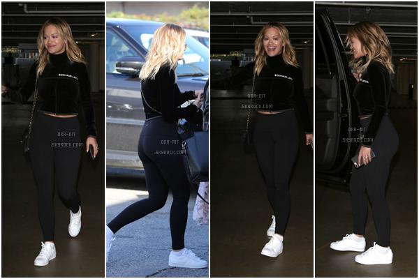 *10/02/17 - Rita a été vue à l'aéroport Heathrow à Londres. Elle a ensuite été vue arrivant à l'aéroport LAX à Los Angeles. Tenue basique, mais Rita reste mimi avec son chignon. *