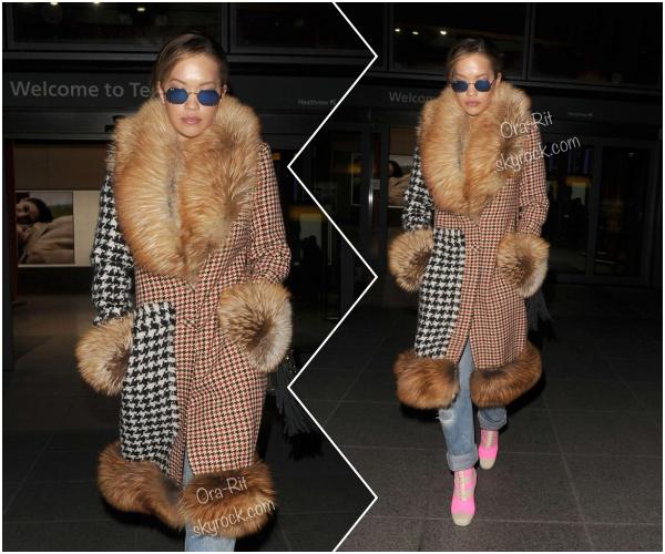 *27/02/17 - Rita a été vue arrivant au Heathrow Airport à Londres. Une tenue digne de Rita, comme à son habitude. J'avoue ne pas vraiment aimer, car il y a trop de motif et de couleurs différentes à mon goût... FLOP! *