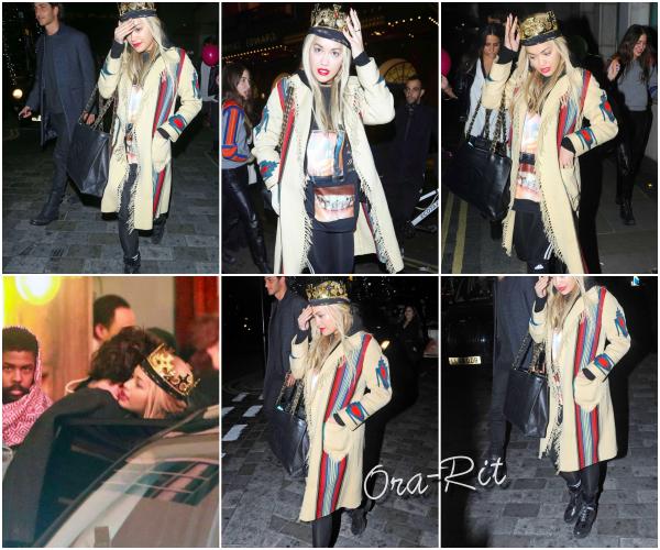 *28/11/15 - Rita a été vue fêtant son 25ème anniversaire à Londres. J'adore Rita sur ce candid. Sa tenue est plutôt mimi et je la trouve juste trop mignonne. Un gros top pour moi! **