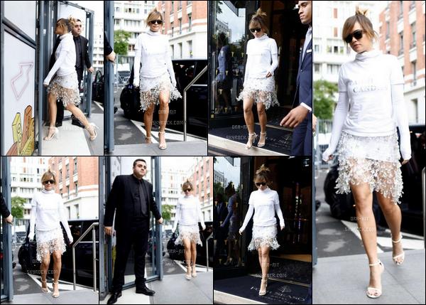 *30/06/17 - Rita a été vue rejoignant son hôtel George V lors de son séjour à  Paris. J'aime bien la jupe qui est plutôt originale mais très sympa, ainsi que les escarpins. Je trouve dommage d'allier le pull avec car pour moi cela gâche tout.. **