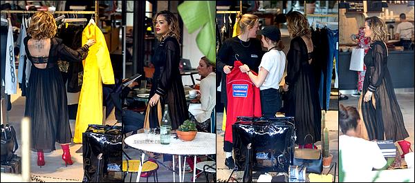 *02/07/17 - Rita a été vue faisant du shopping à la boutique The Store, à Berlin. Sur ce candid, on ne voit pas bien le devant de la robe de Rita. Cependant, elle à l'air très jolie. Beau top!**