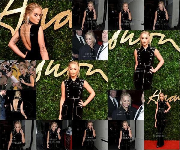 *23/11/15 - Rita était aux British Fashion Awards 2015 à Londres. Rita était resplendissante lors de cet event. Je trouve que son look au complet est très glamour et lui va super bien. J'adore x1000 la coiffure. Top mérité!**