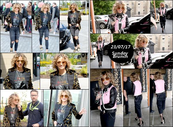 *22/07/17 - Rita Ora a été vue toute souriante quittant les Dock 10 Studio's , à Manchester. Le lendemain, Rita a été vue arrivant sur un plateau TV au Sunday Brunch à Londres. Je ne suis pas trop fan de la tenue.. Je préfère celle de la veille.  **