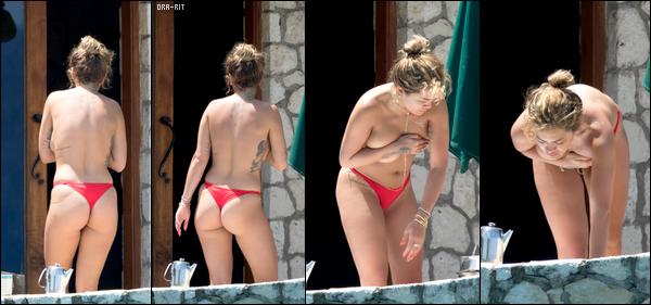 *30/07/17 - Rita Ora a été vue dans un cours de tambour jamaïcain avec un professeur en Jamaïque. Elle a ensuite été vue à bord d'un bâteau avec des amis s'amusant et prenant du bon temps sur les plages jamaïcaines. Je la trouve vraiment radieuse!**