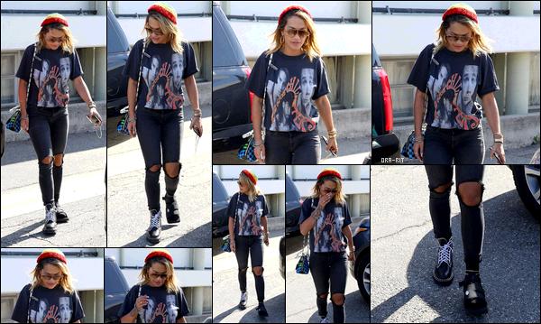 """*18/08/17 - Rita Ora a été aperçue, blessée au pied, alors qu'elle se promenait dans  Beverly Hills. Comme vous pouvez le voir, Rita a le pied """"endommagé"""" sur ce candid. Je lui souhaites un bon rétablissement. Côté tenue, c'est pas mal!**"""