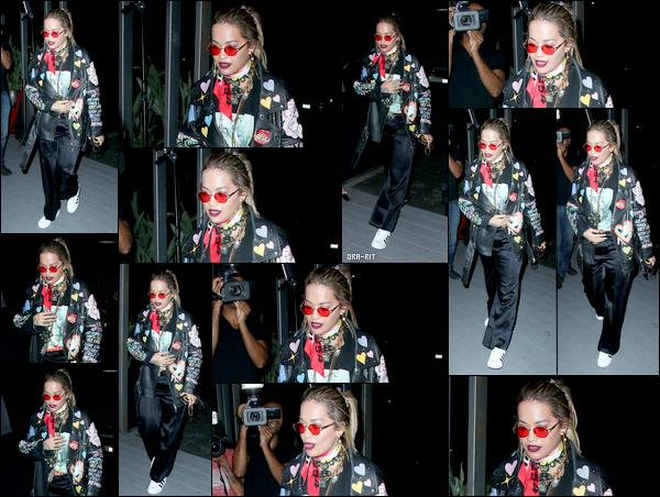 """*23/08/17 - Rita Ora a été aperçue, remise de sa blessure, allant à une fête secrète dans West Hollywood. En effet, la jeune chanteuse était invitée au lancement de la TINGS """"Secret Party"""" se déroulant à Nightingale. Je n'aime absolument pas la tenue de Rita.**"""