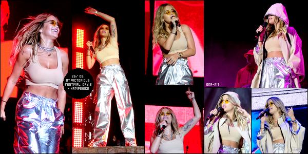 *25/08/17 - Rita Ora vue alors qu'elle se baladait avec ses valises dans l'aéroport Heathrow à Londres. Le lendemain, la jolie blonde a performée lors du 2ème jour du Victorious Festival à Southsea (Hampshire, ANGLETERRE). Elle avait l'air de mettre le feu! **