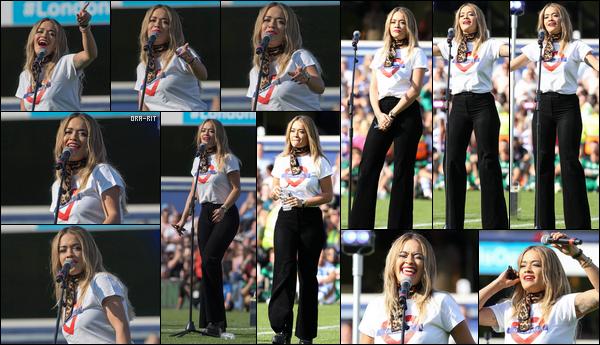"""*02/09/17 - Rita Ora était présente pour performer au GAME4GRENFELL Charity Football Match à Londres. En effet, ce match a été organisé en mémoire des victimes de l'incendie de la Grenfell Tower du 14 juin dernier. Rita avait mit son tee shirt """"GRENFELL"""".  **"""
