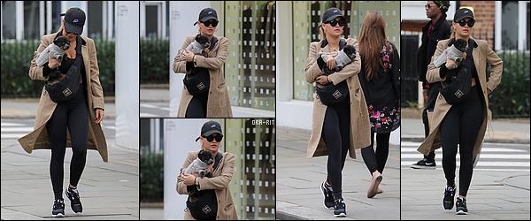 *24/09/17 - Rita Ora a été vue alors qu'elle se promenait avec son chien dans les rues de Notting Hill. Je dois avouer que pour une fois, j'adooooore la tenue de Rita ! Ce long manteau est juste super et j'adore la couleur ! Ça fait plaisir de voir des tops.**