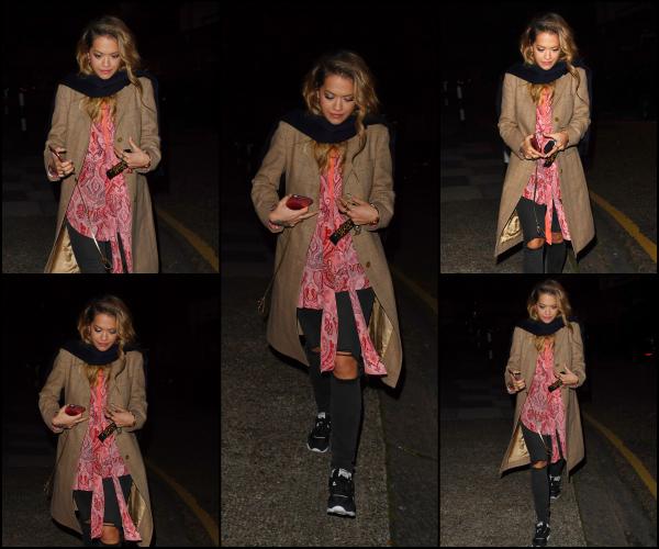 """*26/09/17 - Rita Ora a été photographiée, la nuit, marchant dans les rues de Londres. Le lendemain, elle a été vue sortant de l'aéroport LAX à Los Angeles, puis sortant du salon de tatouage """"Shamrock tattoo"""" à Los Angeles.**"""