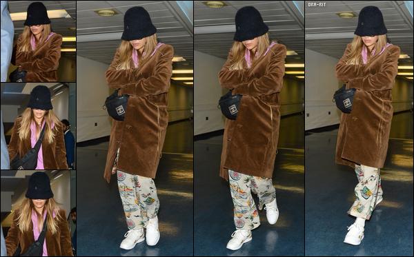 *17/10/17 - Rita Ora a été photographiée alors qu'elle rendait à l'aéroport « Heathrow » de Londres. Tenue très particulière, une fois de plus. Pas de surprise, je n'aime pas. Trop de choses aux extrémités les une des autres.**