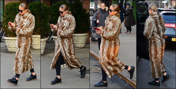 *19/12/17 - Rita Ora a été photographiée alors qu'elle quittait l'hôtel The Bowery Hotel à New-York City. Une tenue très sympa pour le coup que porte Rita, son manteau est original. J'aime bien, notamment les chaussures! Ça sera un beau top pour moi.**