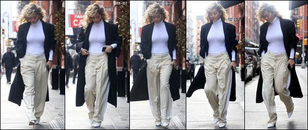 *04/04/18 - Rita a été vue quittant son hôtel pour se rendre au 75ème anniversaire du Petit Prince, à NYC. Elle était accompagnée de stars comme Hugh Jackman par exemple. Sa robe était ravissante, elle est superbe dedans. C'est donc un joli top pour moi!**