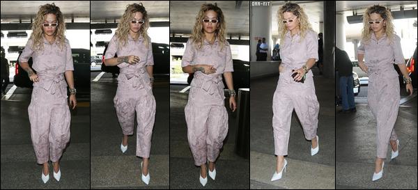 *13/04/18 - Rita Ora a été photographiée alors qu'elle arrivait à l'aéroport LAX pour Coachella, à Los Angeles. Rita Ora était donc habillée de façon très simple et décontractée sur ce candid. J'avoue ne rien aimer sur cette tenue... Un flop pour moi pour cette fois!**