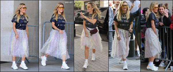 *10/05/18 - Rita Ora a été photographiée alors qu'elle arrivait aux studios de BBC One, à Londres. La belle anglaise portait donc un tee shirt avec une jupe ample, le tout combiné de tennis. J'avoue ne pas du tout aimer cette tenue.**