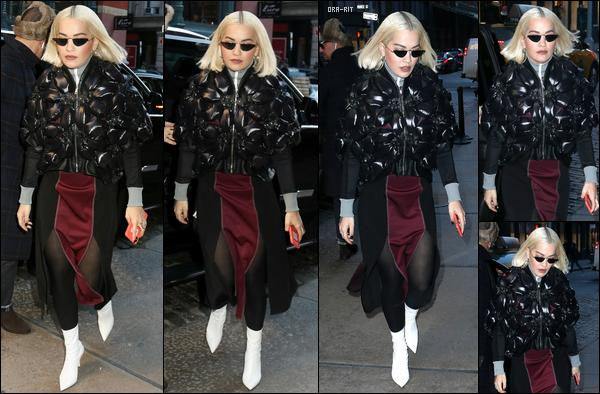 """*18/06/18 - Notre jolie blonde Rita Ora a été photographiée alors qu'elle arrivait à son hôtel, à New-York. Une tenue très """"Rita Ora"""" une fois de plus mais je trouve qu'elle la porte plutôt bien. J'accorde donc un petit top pour ce nouveau candid de Rita! **"""