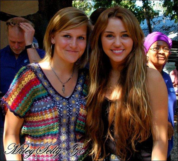 Miley Cyrus au Jimmy Fallon Show (Miley Cyrus se trouve actuellement à Haiti pour pouvoir aider les enfants dans le besoin)