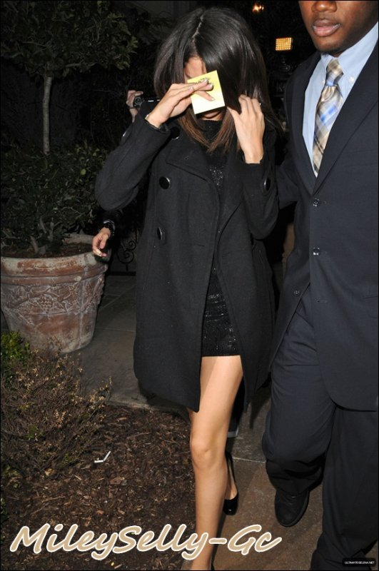 Selena arrive au Maggiano pour l'anniversaire de Justin (01 mars).