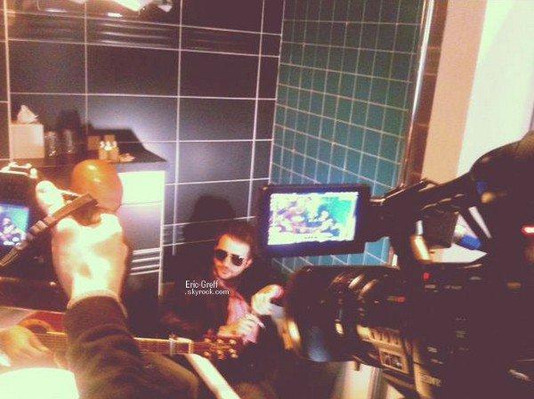 . Nouvelle photo publiée le 30 Mars, petite session acoustique, pour 3éme gauche,dans une des baignoires du Five Hotel .