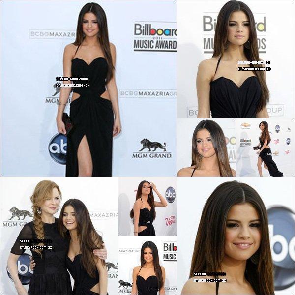 _ 22 mai : Jelena était comme prévu aux Billboard Music Awards, à L.A+ Video de Justin qui embrasse Selena avant de monter chercher sa récompense sur scene. (d'après la video, la maman de Justin et Selena s'entendent très bien !) _