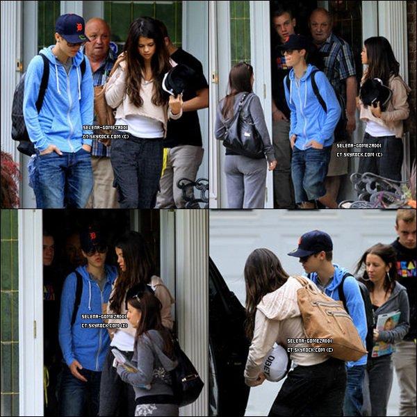 _ 4 juin : Jelena sortant de la maison des grands-parents de Justin._