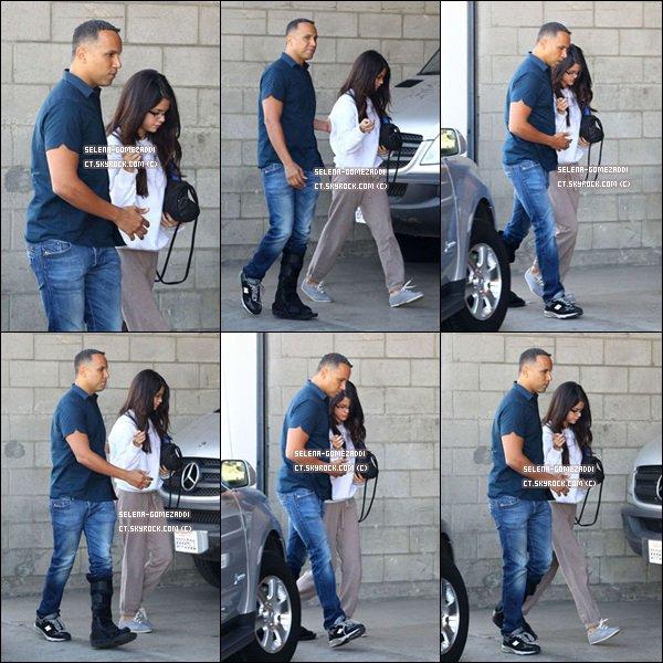 _ 02 novembre : Selena, son survetement, ses lunettes et son garde du corps au pied cassé, étaient dans LA.Top ou Flop ? _