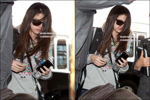 _ 01 décembre : Selena à l'aéroport de Los Angeles.Top ou Flop ? _