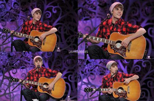 Justin en concert acoustique au Massey Hall
